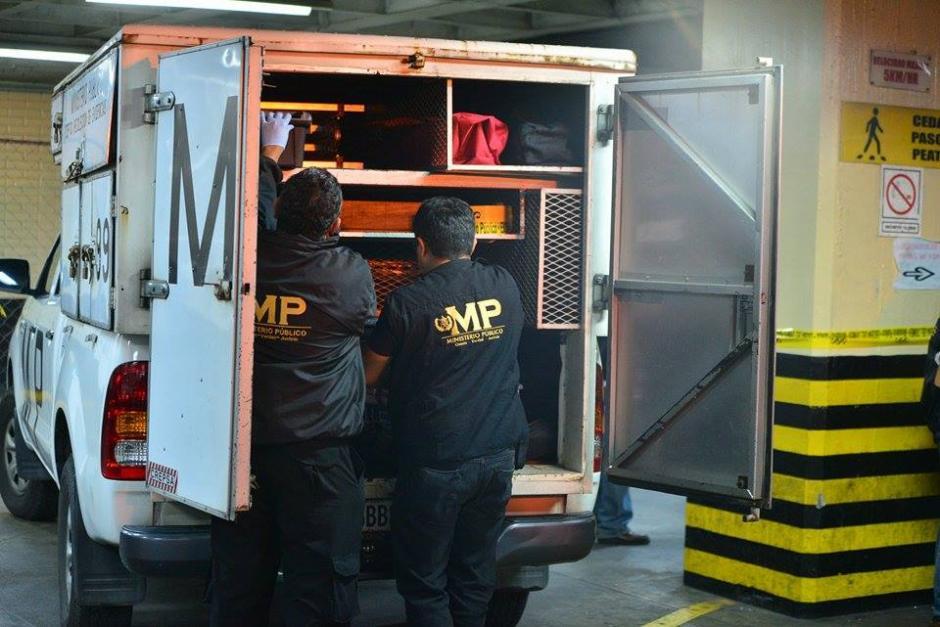 El Ministerio Público trabaja en la escena del crimen donde murió un hombre, luego de un enfrentamiento entre pandillas en la Torre de Tribunales. (Foto: Wilder López/ Soy502)