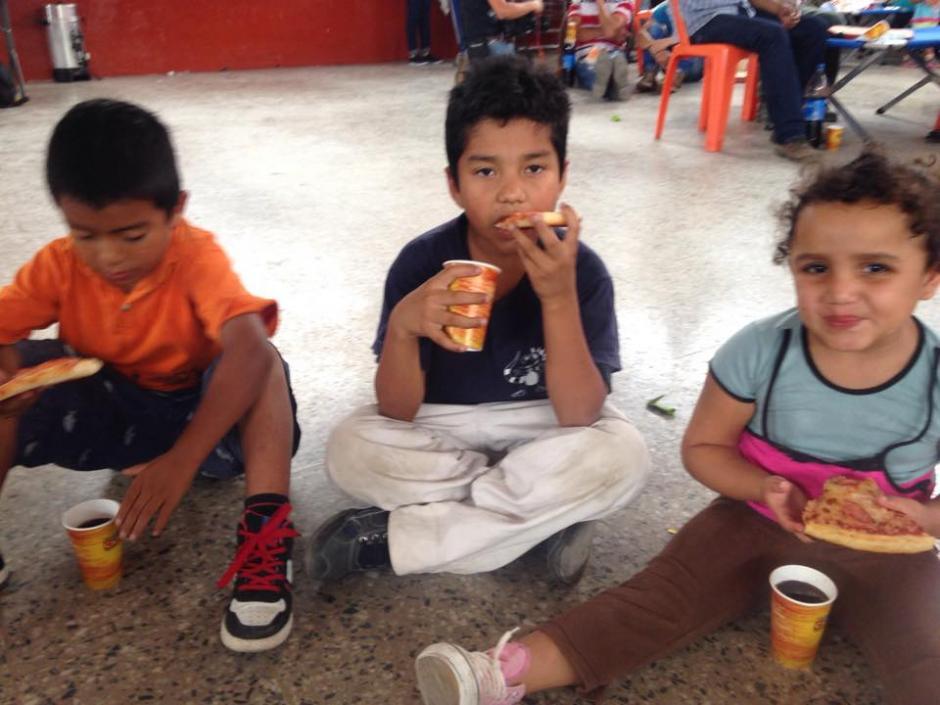 Niños albergados comen mientras reciben apoyo terapeútico luego del derrumbe ocurrido en el Cambray II, Santa Catarina Pinula. (Foto: Fredy Hernández/Soy502)