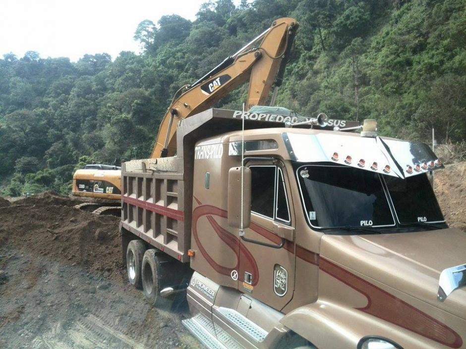 La maquinaria pesada contribuye para remover la tierra en la zona del deslave.(Foto: Gustavo Méndez/Soy502)