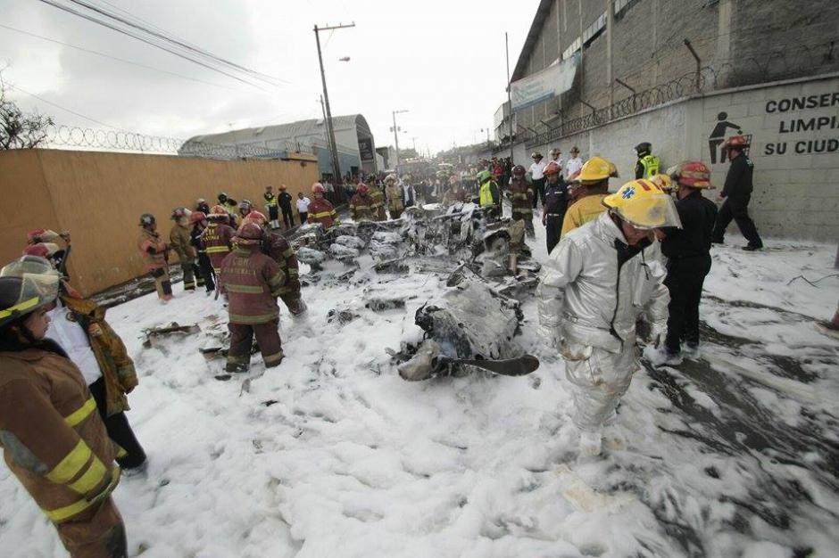 Bomberos municipales y bomberos voluntarios trabajaron en el área del impacto. (Foto: Alejandro Balán/Soy502)