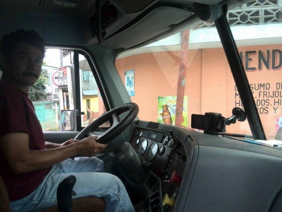 Los camioneros entran por turnos para cargar los camiones con los escombros de la escena del deslave y llevarlos hacia un terreno privado. (Foto: Gustavo Méndez/Soy502)
