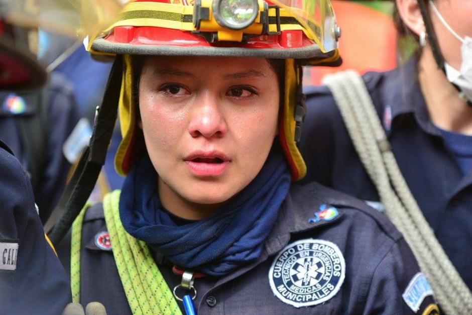 No pudieron contenerse. Las lágrimas se hicieron presentes entre miembros del Cuerpo de Bomberos Municipales. (Foto Wilder López/Soy502)