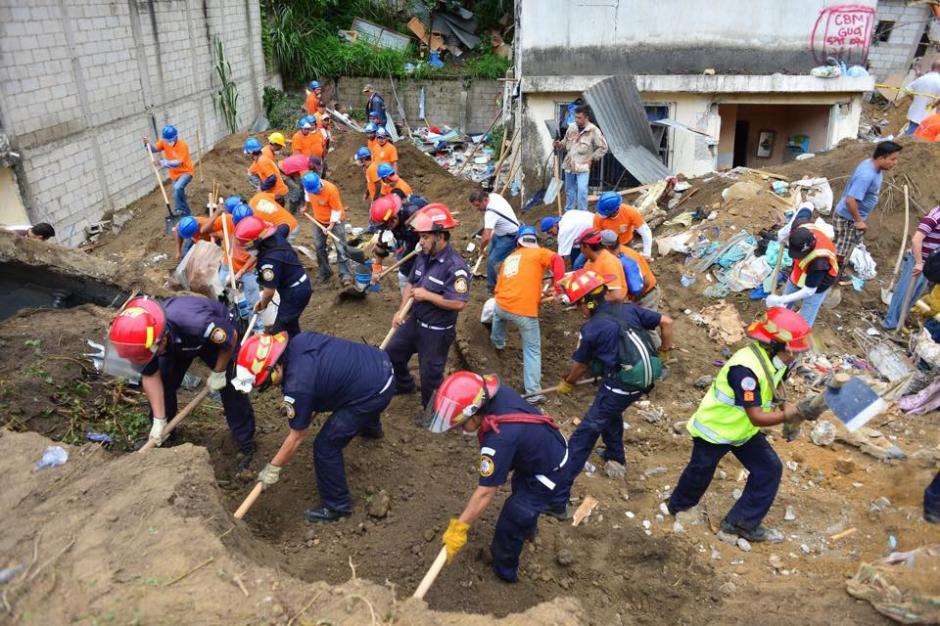 Cuerpos de socorro trabajan en la zona de desastre en El Cambray II, Santa Catarina Pinula. (Foto: Jesús Alfonso/ Soy502)
