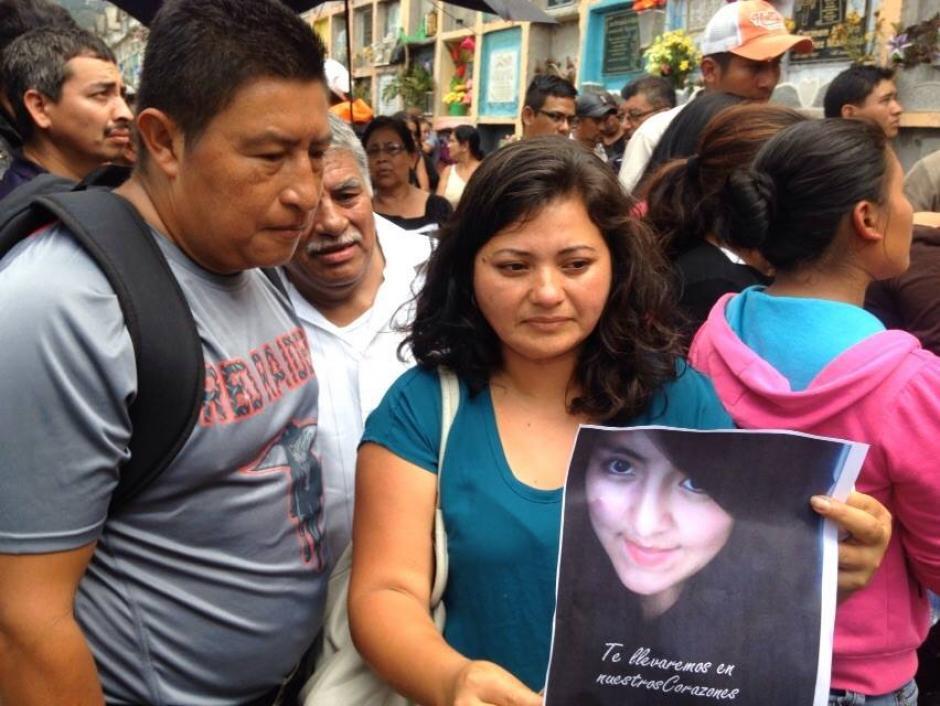 Solo amigos cercanos acompañaron a la hermana de Pamela Jerónimo ya que toda su familia murió en el derrumbe pero sólo su cuerpo ha sido recuperado. (Foto: Juan Manuel Vega/Soy502)