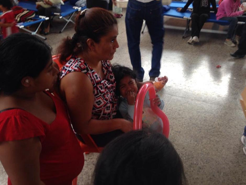 Los niños albergados en el Salón Comunal de Santa Catarina Pinula reciben apoyo terapéutico tras la tragedia en El Cambray II. (Foto: Fredy Hernández/Soy502)