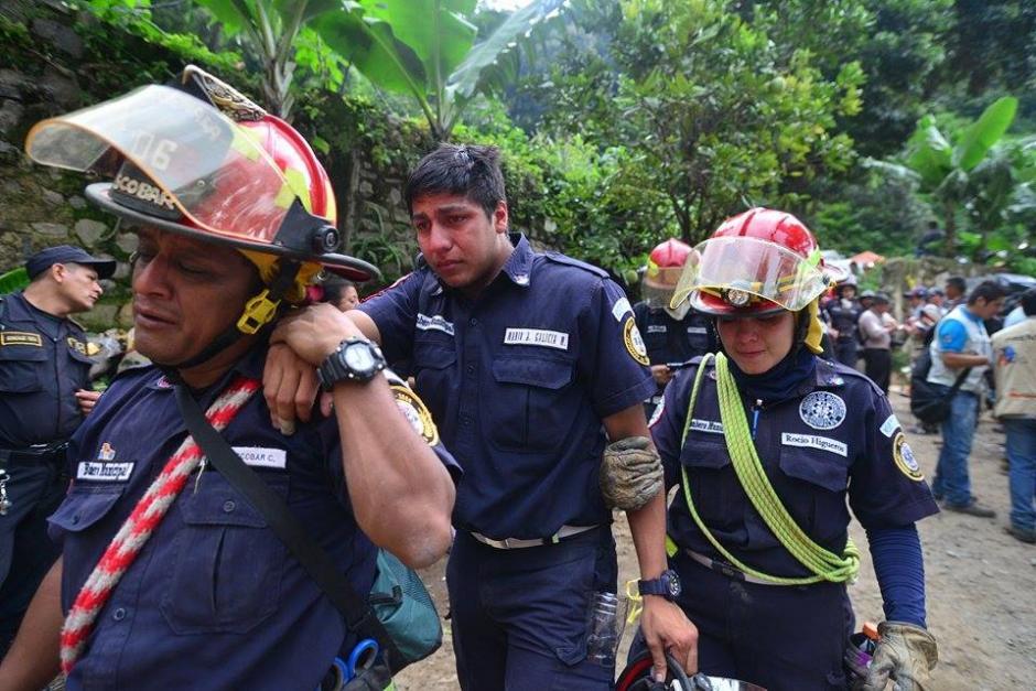 Varios socorristas se mostraron afectados tras localizar el cadáver de su colega, la joven bombera Wendy Pu. (Foto Wilder López/Soy502)