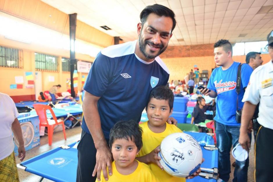 Los seleccionados regalaron pelotas y playeras a los albergados y compartieron con ellos por un lapso de al menos una hora.(Foto: Jesús Alfonso/Soy502)
