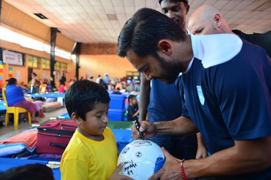"""Carlos """"el pescadito"""" Ruiz fue el jugador más solicitado por los niños. (Foto: Jesús Alfonso/Soy502)"""