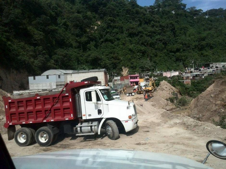 Los camiones deben esperar su turno para recolectar los escombros en El Cambray II.(Foto: Gustavo Méndez/Soy502)
