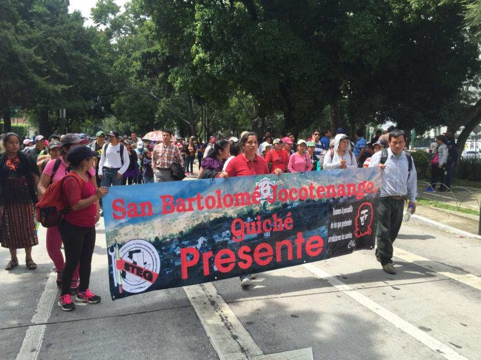 Maestros de Quiché participan en una manifestación pacífica que se dirige al Congreso de la República y a Casa Presidencial. (Foto: Jesús Alfonso/Soy502)