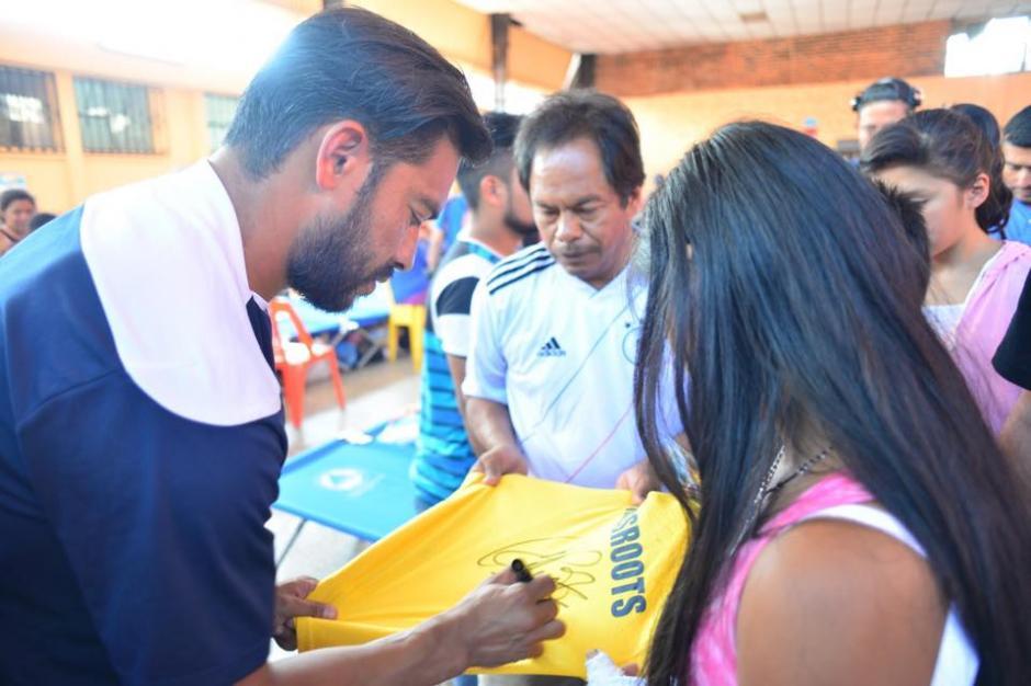 Los jugadores no dudaron en brindar su autógrafo a las personas.(Foto: Jesús Alfonso/Soy502)