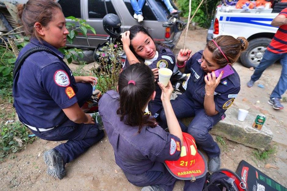 Compañeras de la socorrista se mostraron acongojadas tras el hallazgo. (Foto Wilder López/Soy502)