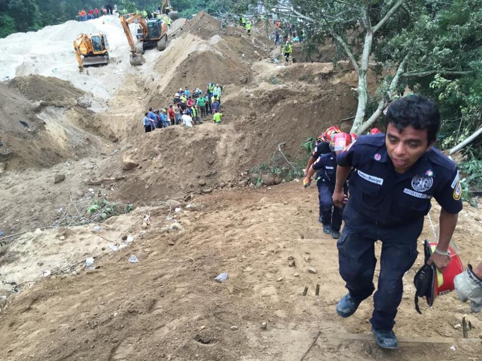 Se reanuda la búsqueda de desaparecidos en El Cambray II, Santa Catarina Pinula luego del deslizamiento de tierra ocurrido la noche del pasado jueves. (Foto: Jesús Alfonso/Soy502)