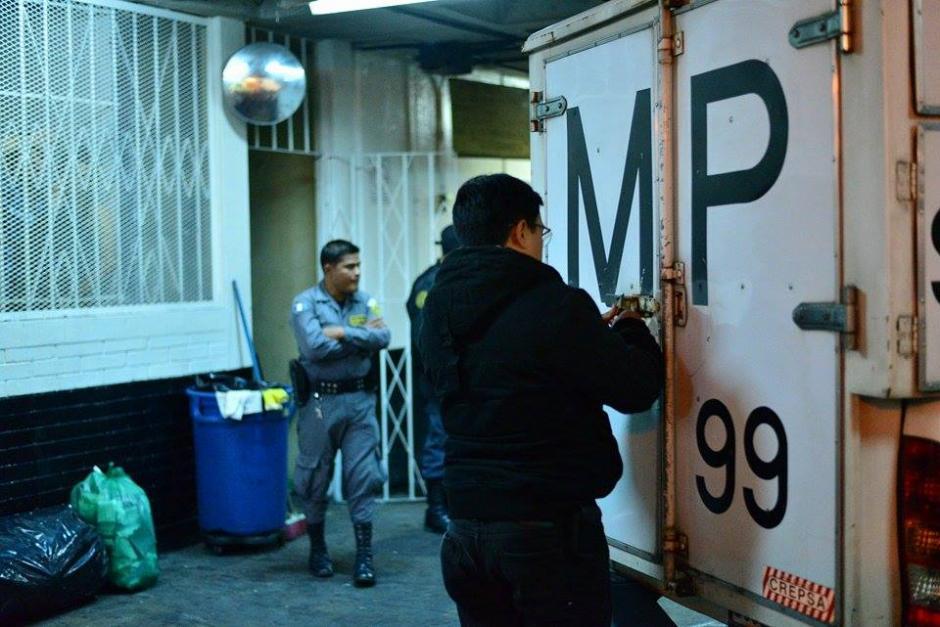 El Ministerio Público procesa la escena del crimen en la que un presunto pandillero falleció a consecuencia de heridas con arma blanca. (Foto: Wilder López/Soy502)