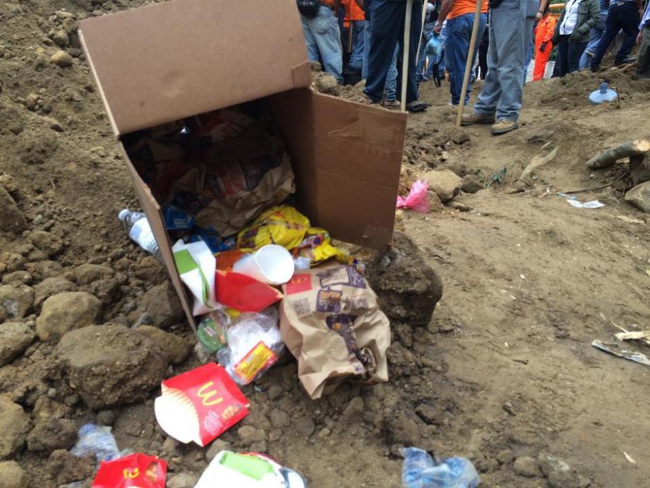 La basura que ha sido dejada por los voluntarios que trabajan en el rescate ha contaminado el lugar, lo que dificulta el trabajo del Placo. (Foto: Roberto Caubilla/Soy502)