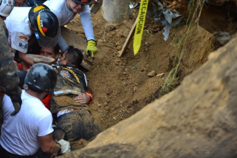 Un socorrista quedó soterrado mientras trataban de sacar el cadáver de una madre y su hija en El Cambray II, Santa Catarina Pinula. (Foto: Jesús Alfonso/Soy502)
