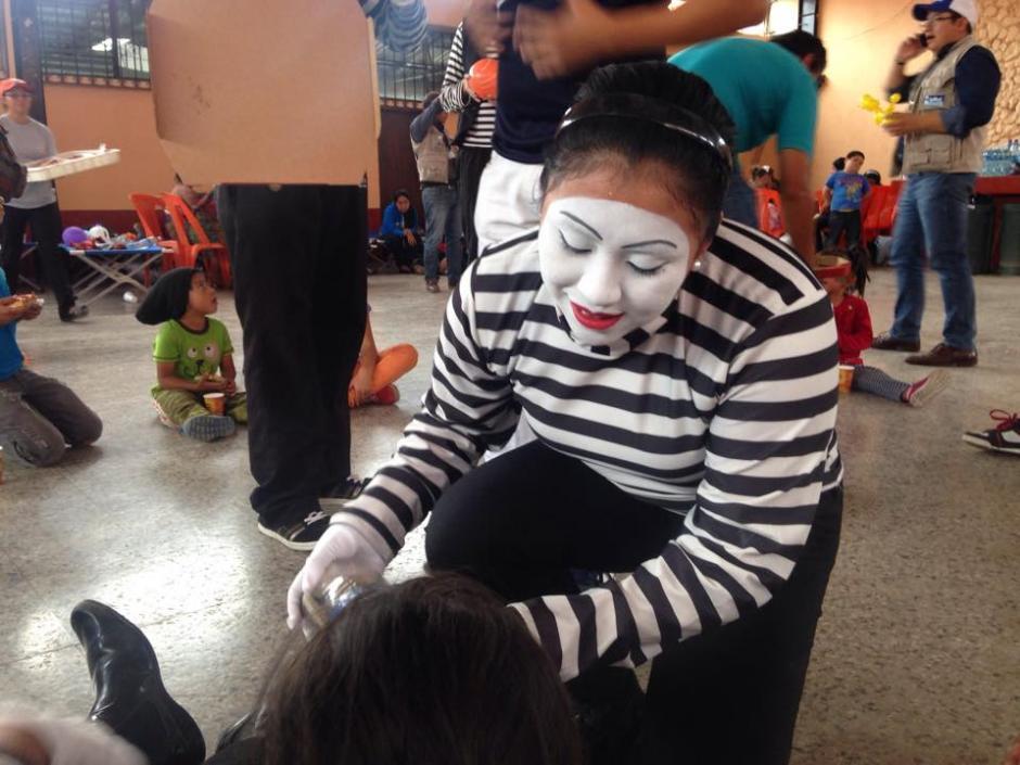 Un mimo juega con niños albergados en el Salón Comunal de Santa Catarina Pinula luego del deslizamiento de tierra ocurrido en Cambray II. (Foto: Fredy Hernández/Soy502)