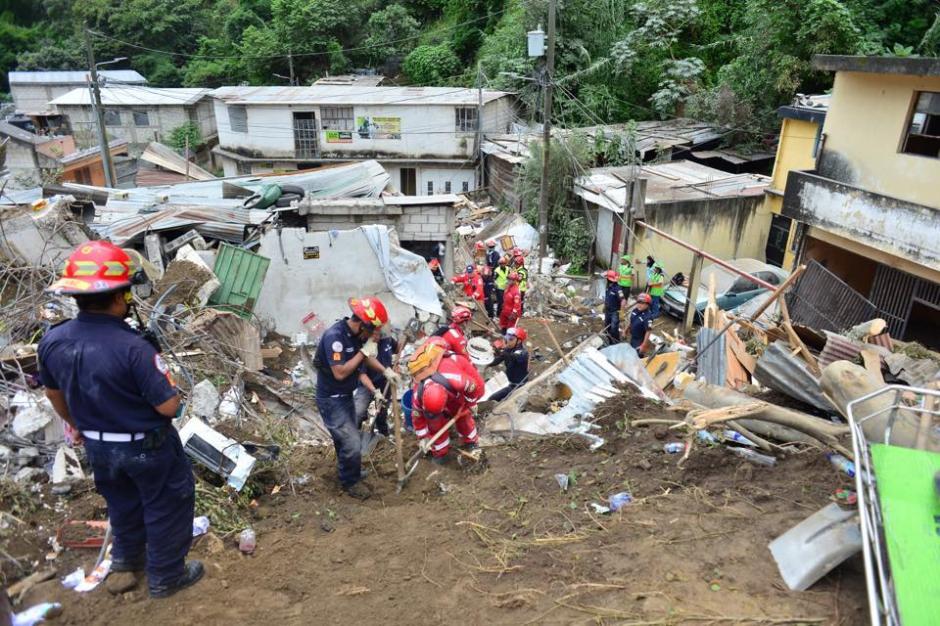 Rescatistas trabajan en la zona del desastre en El Cambray II, Santa Catarina Pinula luego del deslizamiento de tierra ocurrido la noche del pasado jueves. (Foto: Jesús Alfonso/Soy502)