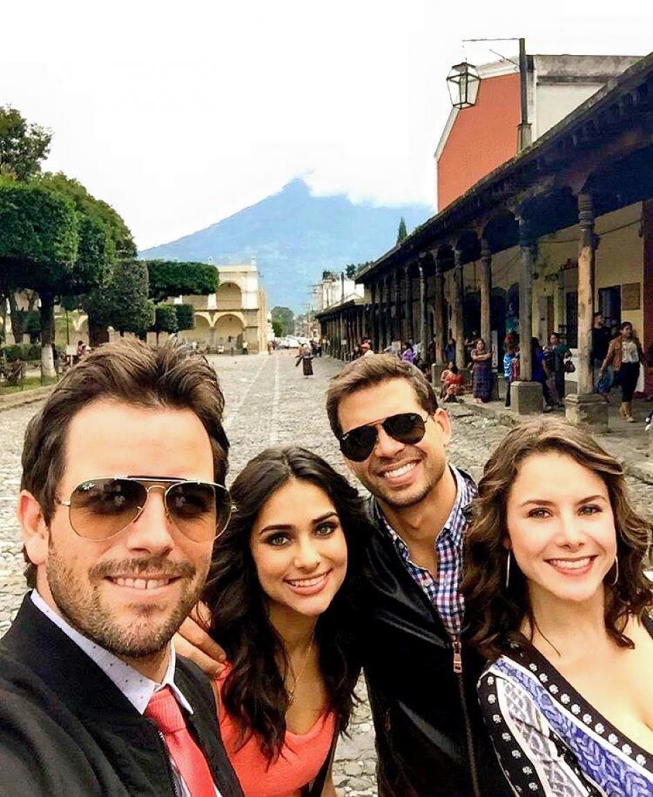 """Los protagonistas tuvieron tiempo para sacarse una """"selfie"""" con el volcán de Agua de fondo.(Foto: Amor de Barrio)"""