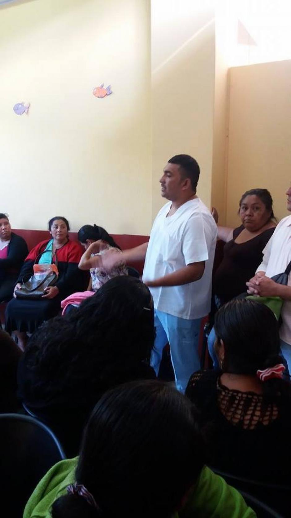 Pacientes del Hospital Nacional de Amatitlán a la espera de ser atendidos, la consulta externa del nosocomio se encuentra cerrada por falta de insumos. (Foto:Pampichi News Amatitlán)