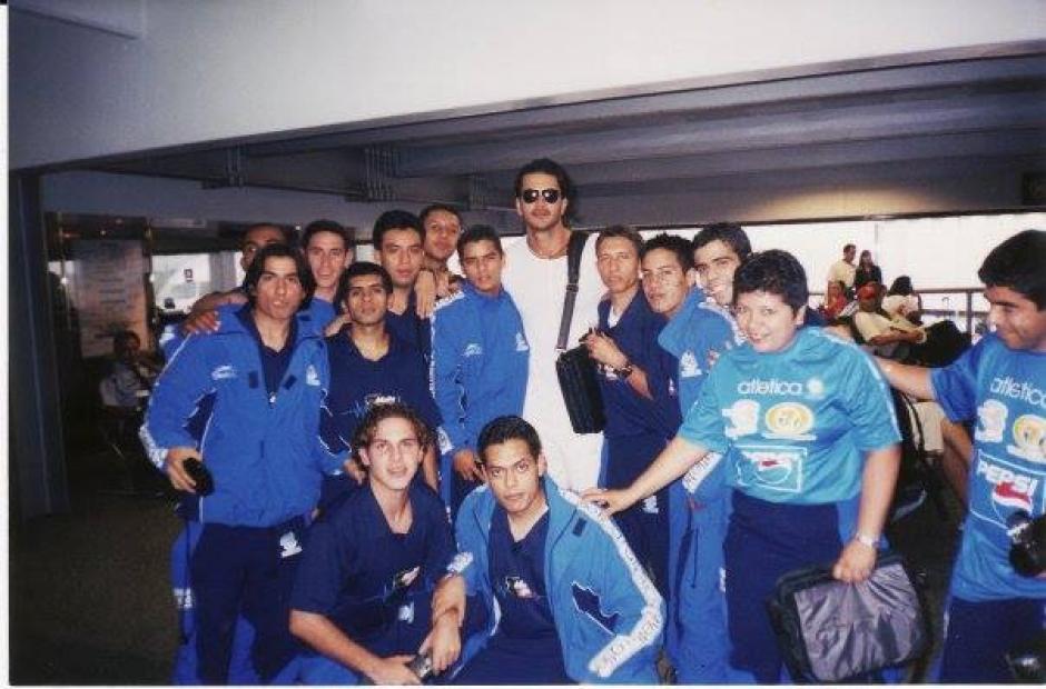 Hace muchos años los seleccionados de futsal se encontraron con Ricardo Arjona. (Foto: Facebook)
