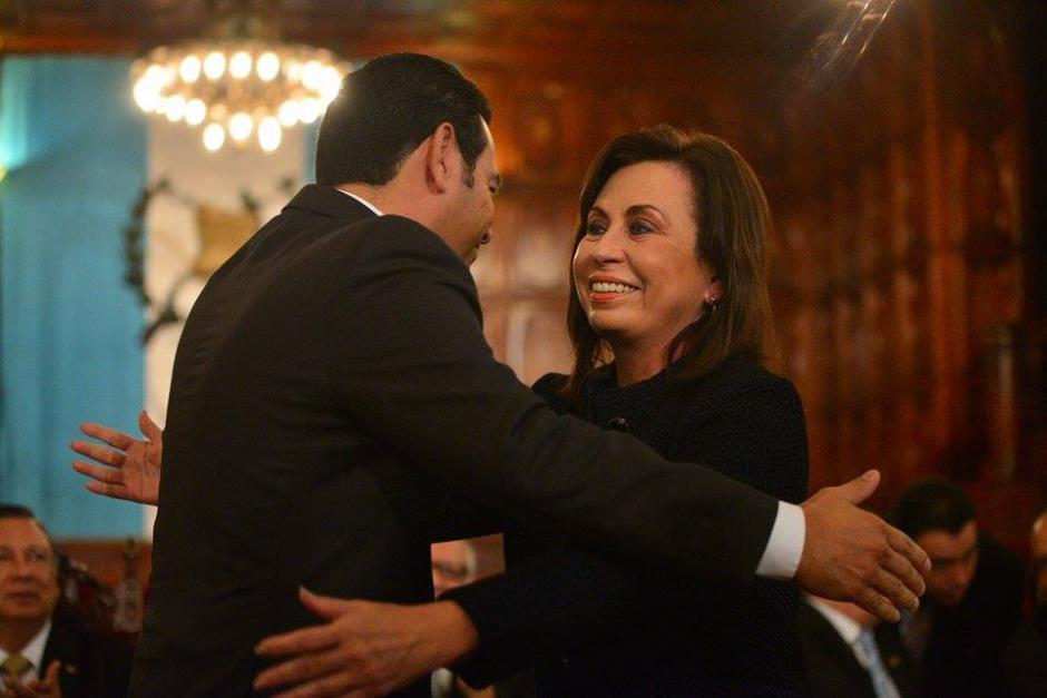 Luego de firmar un convenio de transparencia, los candidatos presidenciales de los partidos UNE y FCN Nación se saludan. (Foto: Wilder López/Soy502)