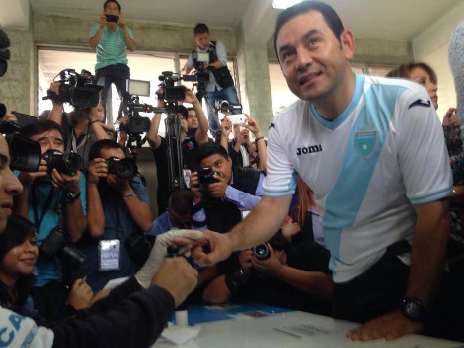 El candidato presidencial del partido FCN Nación acudió a la EscuelaParticular Mixta Ave María ubicada en la 16 calle 10-39 zona 7 de Mixco para emitir su voto. (Foto: Fredy Hernández/Soy502)