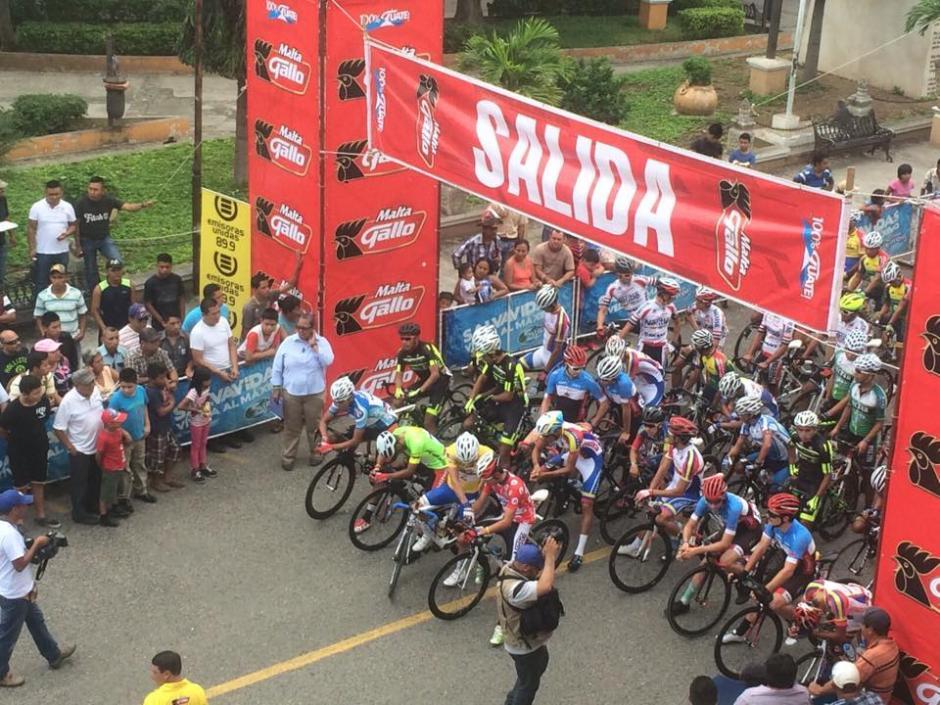 Los ciclistas esperando en la línea de salida en Chiquimula