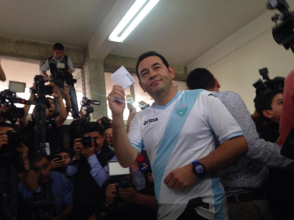 Jimmy Morales del partido FCN Nación asistió a votar a la Escuela Particular Mixta Ave María ubicada en la 16 calle 10-39 zona 7 de Mixco. (Foto: Fredy Hernández/Soy502)