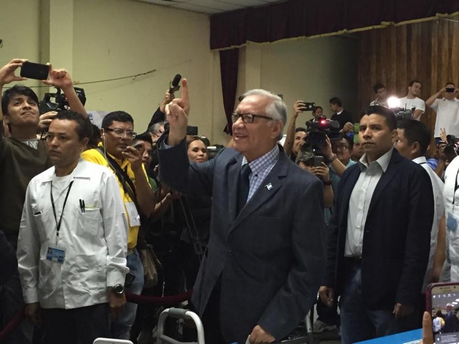 El presidente Alejandro Maldonado muestra su dedo índice, luego de emitir su voto en el Instituto Rafael Aqueche. (Foto: Marcela Fernández/Soy502)