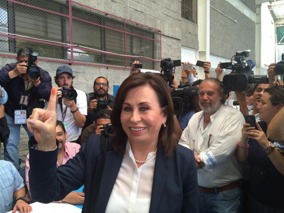 La presidenciable de la UNE Sandra Torres emitió su voto en el Colegio Valle Verde en donde compartió con algunos simpatizantes. (Foto: Ana García/Soy502)