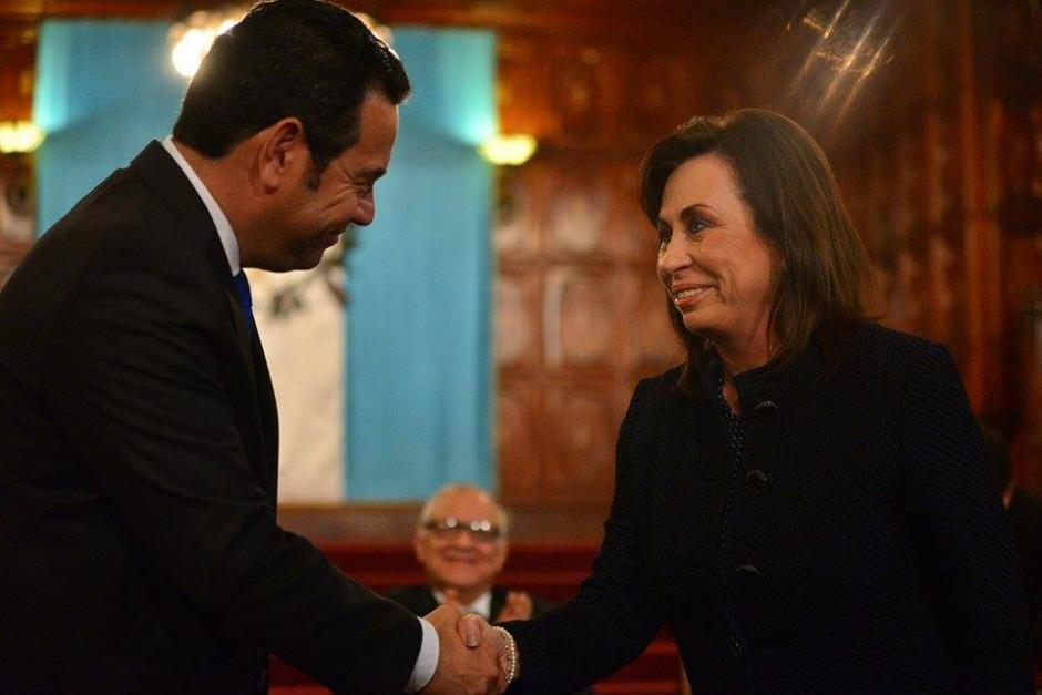 Los candidatos presidenciales Sandra Torres Casanova y Jimmy Morales se saludan durante la firma de un convenio en el Palacio Nacional. (Foto: Wilder López/Soy502)
