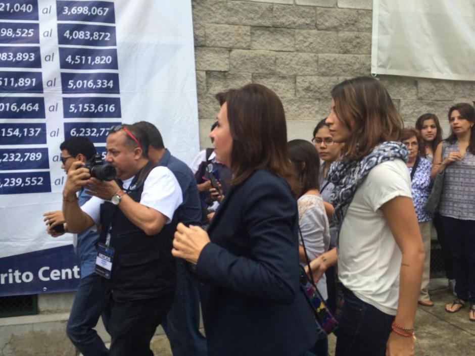 Sandra Torres Casanova candidata presidencial de la UNE llega al Centro de Votación en el que emitió su sufragio. (Foto: Ana García/Soy502)