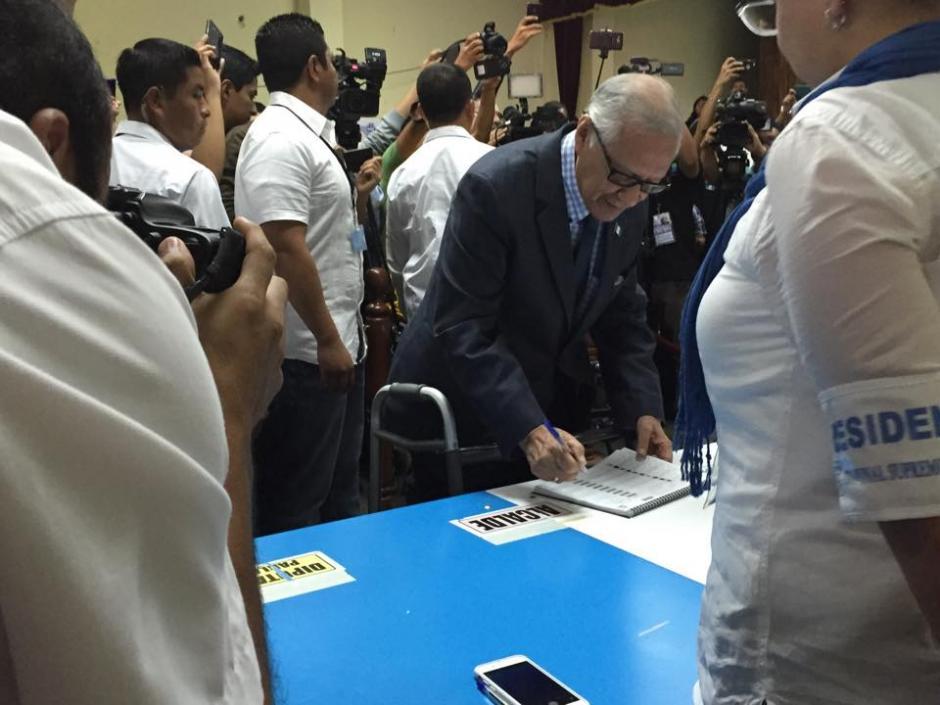 El presidente Alejandro Maldonado firma luego de haber emitido su sufragio en el Instituto Rafael Aqueche. (Foto: Marcela Fernández/Soy502)