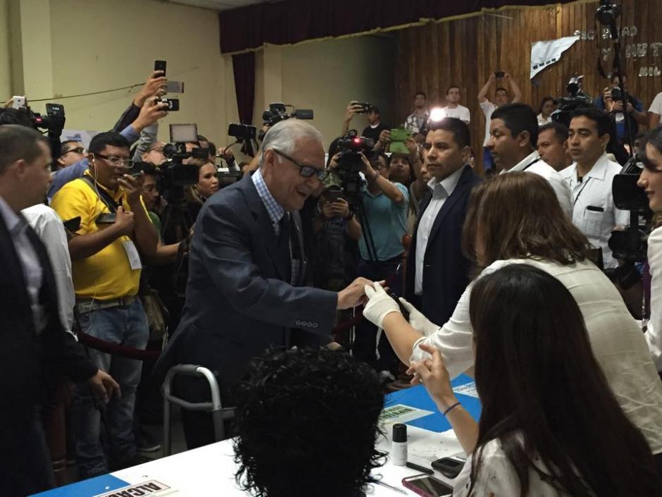 El presidente Alejandro Maldona asistió a emitir su sufragio en el Instituto Rafael Aqueche en la zona 1 capitalina. (Foto: Marcela Fernández/Soy502)