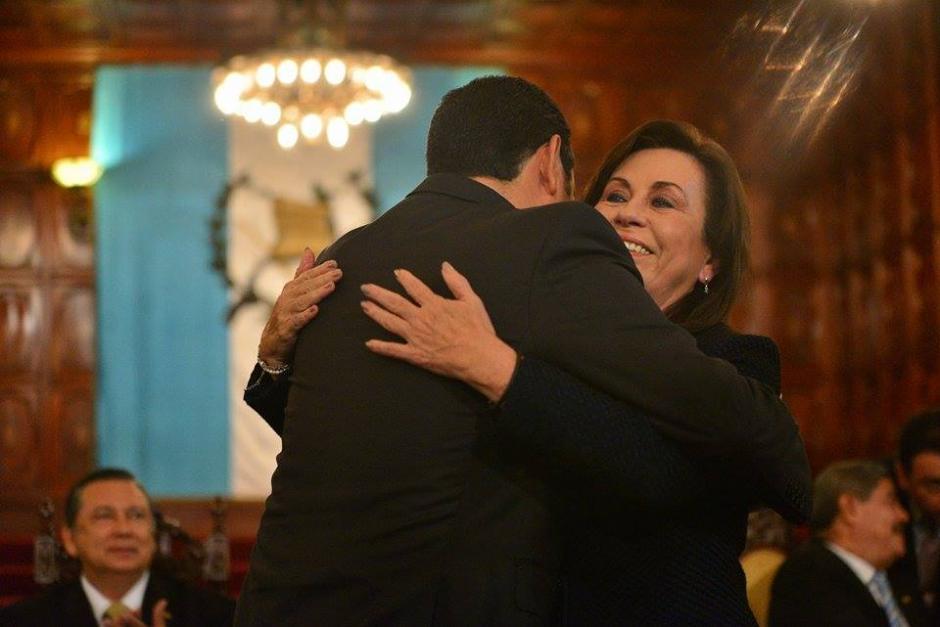 Sandra Torres Casanova, de la UNE, y Jimmy Morales, de FCN Nación, se abrazan luego de la firma de un convenio de transparencia. (Foto: Wilder López/Soy502)