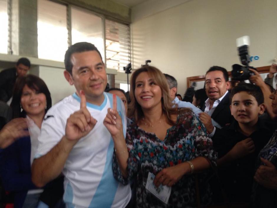 El candidato Jimmy Morales junto a su esposa Patricia Marroquín acudieron a votar a la escuelaParticular Mixta Ave María. (Foto: Fredy Hernández/Soy502)