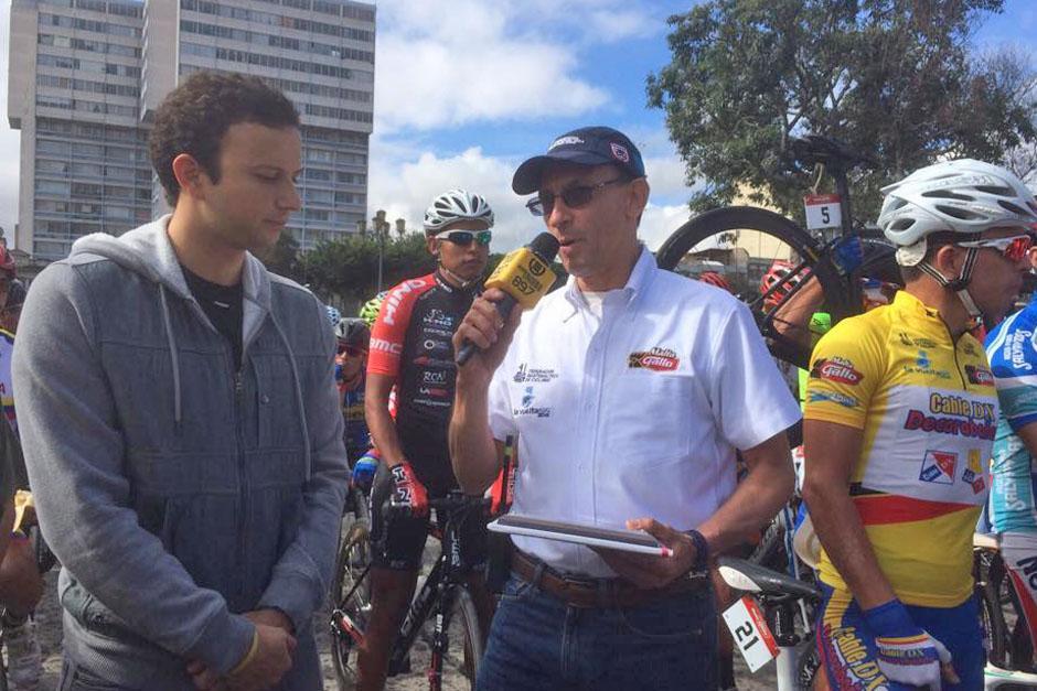 El badmintonista zacapaneco Kevin Cordón recibió un reconocimiento por parte de los organizadores de la Vuelta Ciclística. (Foto: Nuestro Diario)