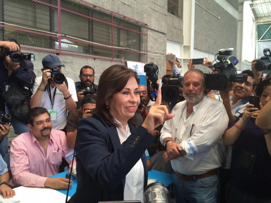 La candidata presidencial por el partido UNE muestra su dedo índice luego de emitir su voto en el Colegio Valle Verde. (Foto: Ana García/Soy502)