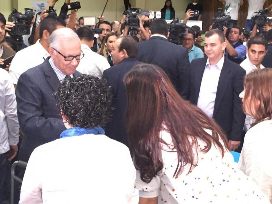 El presidente Alejandro Maldonado saluda a los integrantes de la mesa en la que emitió su voto en el Instituto Rafael Aqueche. (Foto: Alejandro Balán/Soy502)