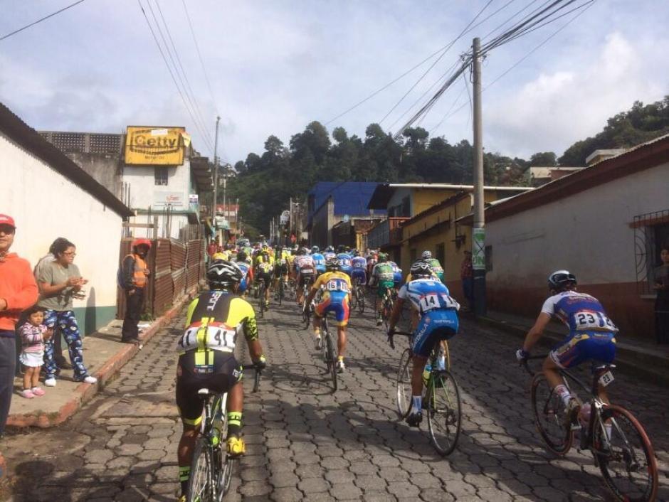Cientos de guatemaltecos salieron a ver el paso de la caravana, en el Occidente guatemalteco.(Foto: Nuestro Diario)