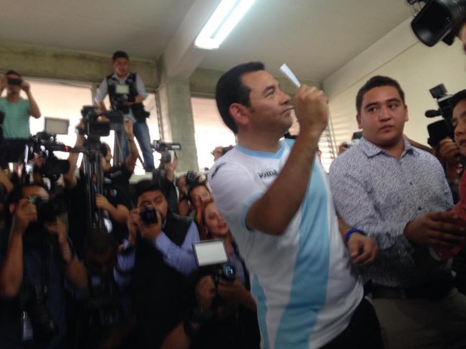 El presidenciable por el partido de FCN Nación, Jimmy Morales muestra la papeleta luego de emitir su sufragio. (Foto: Fredy Hernández/Soy502)