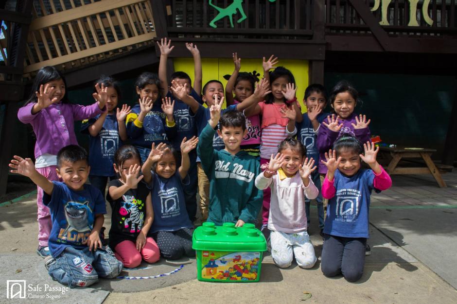 Adrián ya comparte con los niños de Camino Seguro la felicidad por jugar con los Legos que recolectó para alegrar a sus nuevos amigos. (Foto: Camino Seguro)