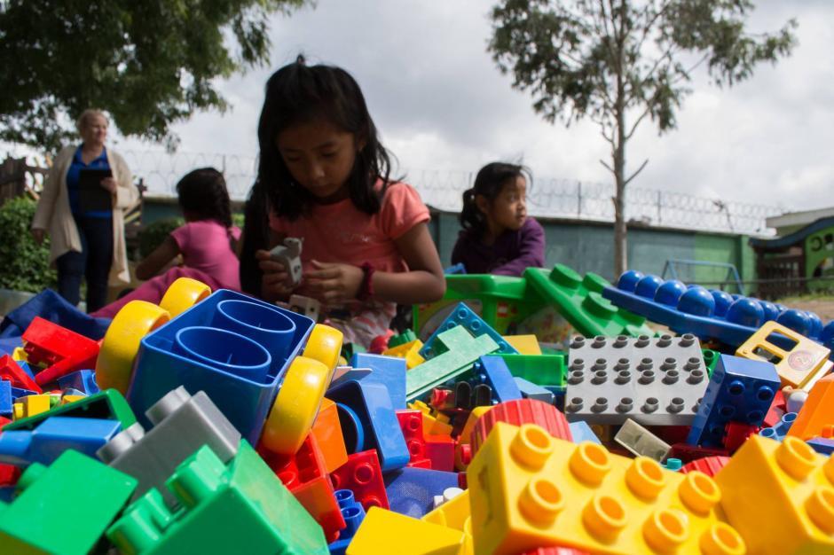 Tras la entrega, los niños se divierten con los bloques de Legos que llegaron desde Estados Unidos para compartir sueños e ideas constructivas.(Foto: Camino Seguro)