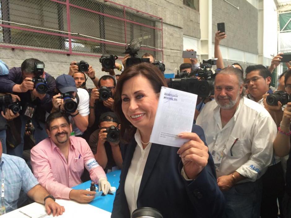 Durante la segunda vuelta electoral, la candidata presidencial Sandra Torres Casanova muestra una papeleta. (Foto: Ana García/Soy502)