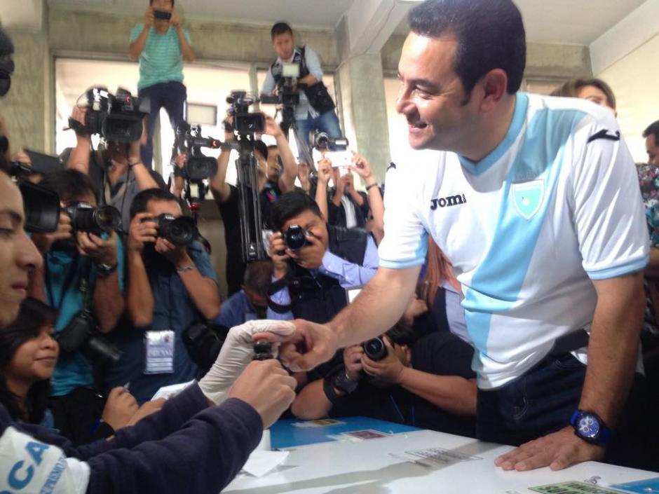 Con tinta indeleble fue marcado el dedo del candidato presidencial de FCN Nación Jimmy Morales quien acudió a emitir su voto. (Foto: Fredy Hernández/Soy502)