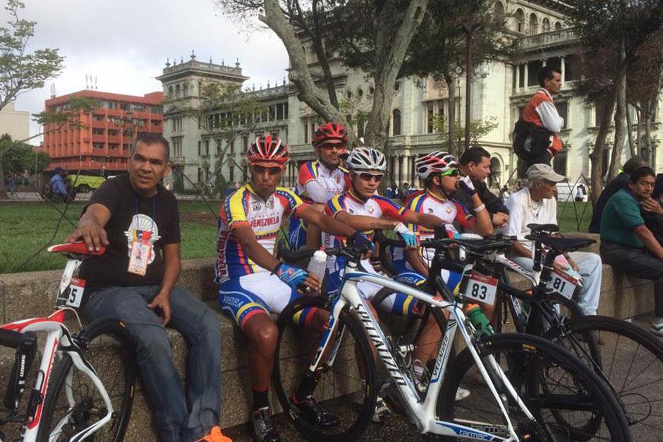 Ciclistas venezolanos descansan en el Parque Central. (Foto: Nuestro Diario)