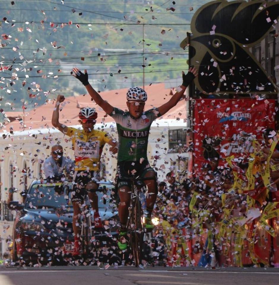 Wilmar Pérez, ganador de la última etapa de la vuelta, entre Retalhuleu y Quetzaltenango
