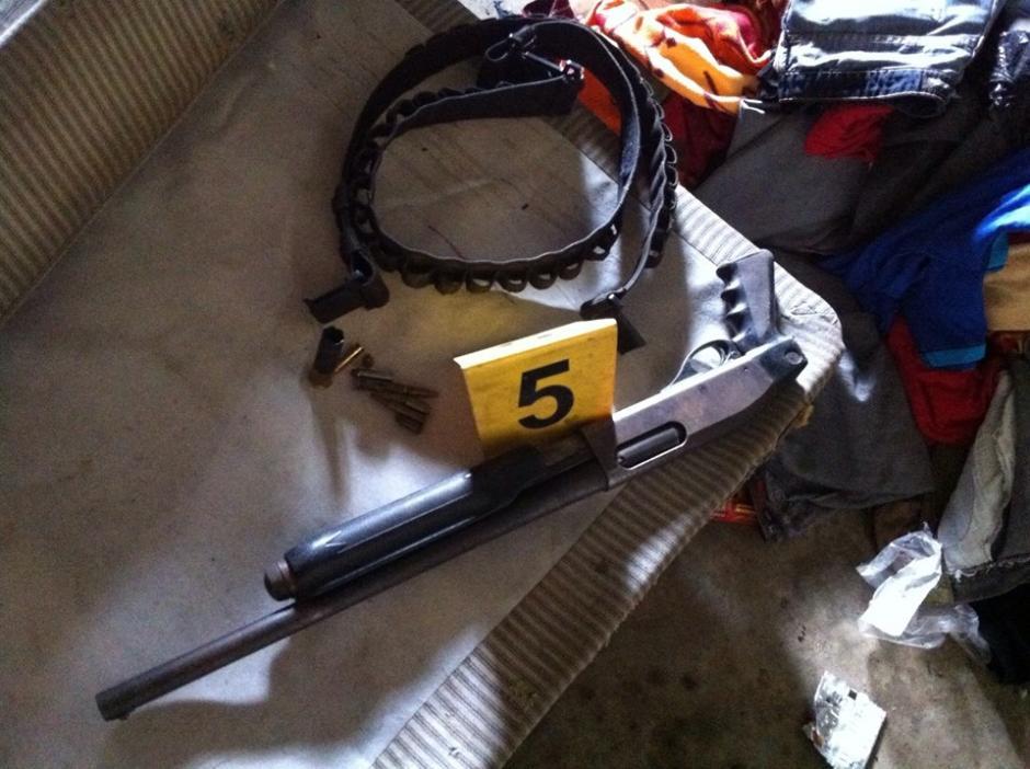 Durante un allanamiento en Siquinalá, Escuintla fueron decomisadas varias armas de fuego. (Foto: Policía Nacional Civil)