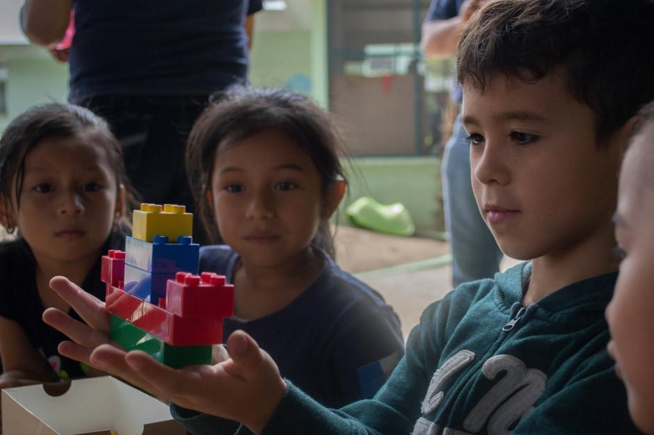 Con mucha alegría y entusiasmo, Adrián llegó a Guatemala con muchas piezas para armar figuras de amor y amistad.(Foto: Camino Seguro)